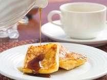 朝食で人気のフレンチトーストはおすすめの黒糖シロップをかけてお召し上がり下さい♪