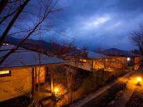 夕暮れ時になると温かい灯りが灯り、一層雰囲気を感じさせます