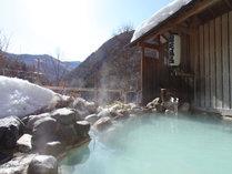 春の日差しが注ぐ、露天風呂
