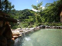 夏の露天風呂露天風呂の色は天候や入浴人数により日々変化します。
