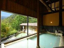 大きな窓から白骨温泉の秘湯感が味わえる内湯(男性用)
