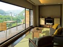 ジョンカナヤが愛した「渓谷の別荘」は全室リバービューのテラス付き客室。鬼怒川の渓谷を一望できます。