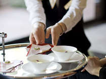 ご到着後はラウンジにて呈茶と季節の和菓子をお召し上がり頂きながらのチェックインとなります。
