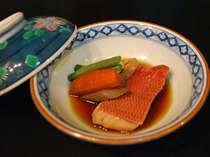 日本一のキンメの港を擁する当地の定番、金目鯛煮付も石廊館流。技量尽くして煮付けます