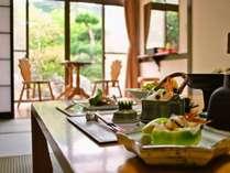 【お部屋食プラン】お部屋でお庭を眺めながら、ごゆっくりお召し上がりいただけます。