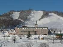うしろは、かもい岳スキー場。かもい高原は最高の雪質で、スキーシーズンが早い。
