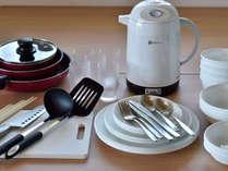 フライパンや食器類も完備。何も持たずに調理可能です。