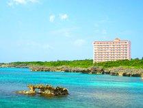 【外観】宮古ブルーが美しい海沿いに佇む、長期滞在型のコンドミニアム。
