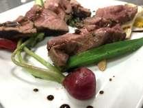 洋食のメイン、鹿肉のロースステーキ。秘密の製法で、やわらかくジューシーに仕上げました。