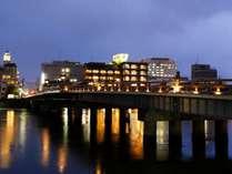松江大橋と外観 夜景