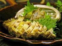 豪華コースのメイン。活けの鮑は、刺身・ステーキの、お客様のご希望をお聞きしてから調理。鮮度抜群。