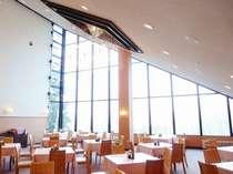 大きな窓から心地良い光りが差すレストラン♪