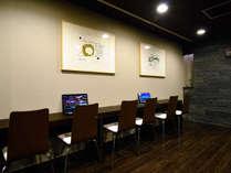 フロント横にはラウンジを完備!無料のwifiも利用できます★自販機も完備