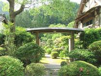 【入口】緑に囲まれた瀟洒な佇まいは非日常そのもの。桜を6ヶ月間楽しめるのも特徴。