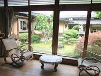 【川側客室】廊下側から中庭を望むとまた違った雰囲気です