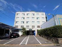 クレサンテーム正面。駐車料は1泊1台1,000円です。