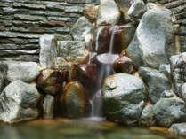 岩風呂♪温泉が流れ落ちる音もイイ♪別館と新館の近くです。