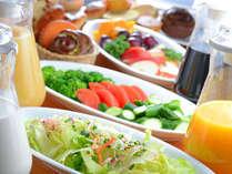 朝採れ野菜が大人気!朝食バイキングは、メニューも色々♪今日も一日頑張って!