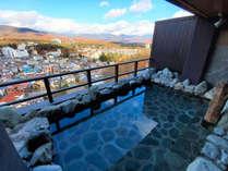 【展望浴場/露天風呂】最上階に位置する眺望露天風呂から、美しい草津の山々と街並みを一望できます。