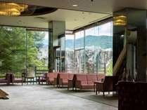 ロビーから中庭の風景をお楽しみください。合掌造りのお茶室もございます。