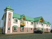 ノシャップ岬を背景に建つお洒落なホテル