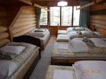 6人コテージ 寝室シングルベッドです。