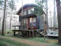 森林の中の手作りコテージでプライベートデッキののんびりしてはいかがですか?