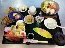 当館自慢の特製海鮮丼はボリューム満点!