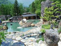 250人が一度に入れるという混浴大露天風呂です。洞窟になっているところもあります。