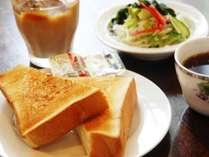 無料朝食の焼き立てパン。サラダと挽きたてコーヒーと共に♪