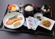 炊き立てのご飯に焼き魚と手作りのおばんざいや出し巻きが付いた和朝食。