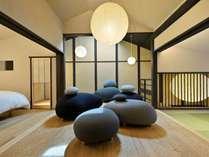 石庭を模したソファーが並ぶ寝る前の語らいのひとときのためのラウンジスペース