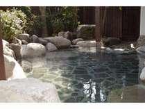露天風呂女湯、W美肌の湯を源泉掛け流しで楽しめます。