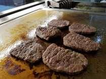 目の前で焼くステーキも食べ放題