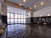 """*大浴場/体の芯まで温まる""""池の平温泉""""は、単純硫黄泉の泉質。ゆっくり湯船に浸かる贅沢なひと時を。"""