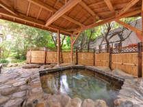 *館内一例:緑に囲まれた露天風呂(男湯)