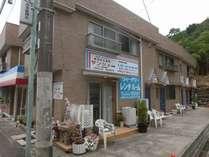 素泊り専科サンジュは本館5室別館1室(うち2室は中長期滞在のレンタルルーム)の小さな宿です。