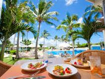 リゾートの風を感じる開放的な雰囲気のレストラン「アクアベル オールデイダイニング」