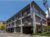 平成18年12月新築3階建て17室無料平面駐車場備える