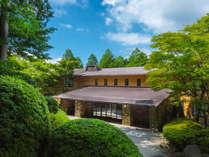 *【外観】ラウンジテラスから森と芦ノ湖、富士山を望む高原ホテル。自慢の温泉美肌の湯でお寛ぎください。