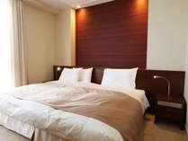 【セミスイートルーム】(38.6平米/禁煙室)上質なシモンズベットで心地よい眠りを提供いたします。
