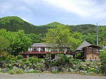 *【外観】大自然が広がる猿ヶ京温泉に佇む当館。
