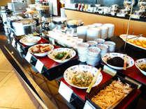 人気の和洋折衷バイキング♪お好きなパンを焼いたり、和のお惣菜を選んだり…ドリンクも各種あり!