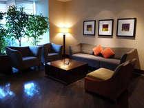 【館内イメージ】ダイニング彩の前にあるソファースペース。待ち時間やちょっとした休憩にご利用ください。