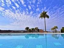 屋外プール/青い空と海を眺めながら、開放感たっぷりのプールでリゾートを満喫出来ます。