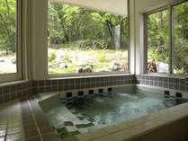 森と借景の展望風呂