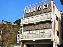 *【外観】】錦帯橋が目の前!好立地&安価で泊まれる宿☆