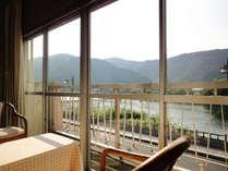 *川沿いの客室からは四季折々の錦帯橋が眺める事ができます。