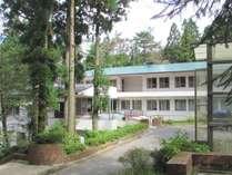 【施設外観】六甲山の豊かな緑の中での滞在をお楽しみください