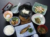 朝食 主人の自家製ひとめぼれ 新潟仕込み味噌の味噌汁 女将の漬物は絶品